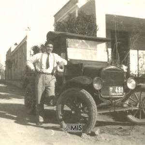 Retrato de  Alberto Estévez Fernández con coche antigo
