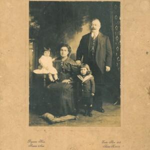 Retrato familiar da Sra. Eudosia co seu marido e cos dous fillos maiores en Bos Aires