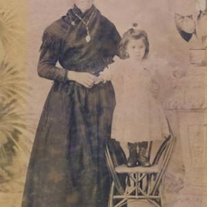 Retrato de Estrella Rivero Álvarez e a súa filla Irene Rodríguez Rivero