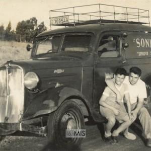Alberto Besada Abril e Gilberto Moreira Besada xunto a unha furgoneta Chevrolet 37
