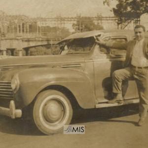 Guillermo Sousa Besada apoiado nun automóbil