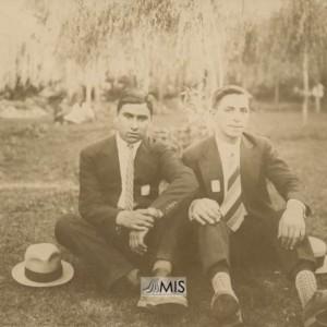 Retrato de Santos Raimundo Besada sentados nun parque