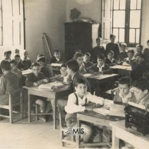 Grupo de alumnos con Guillermo Sousa Besada na escola de Entenza (1952)