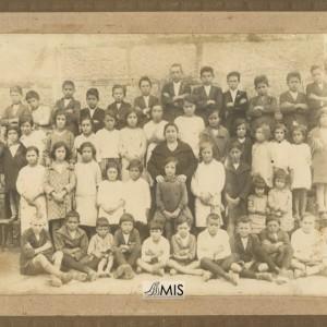 Retrato de grupo dos nenos e nenas na escola de Entenza (1928)