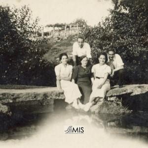 Filomena Granado Niño cuns amigos na ponte do río Caselas en Cabreira.