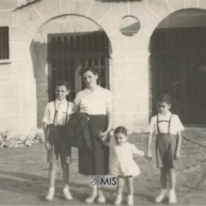 Filomena Granado Niño con tres dos seus fillos diante da antiga Praza de Abastos