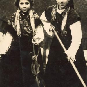 As irmás Conchita e Lolita Sarmiento Alonso, fillas do Doutor Sarmiento, ataviadas co traxe tradicional