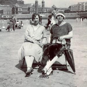 Retrato de Ascensión Alonso e a súa cuñada na praia da Concha (Donostia)