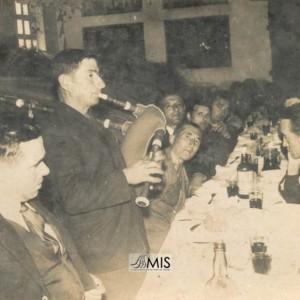 Salvador Caballero Urceira tocando nun banquete