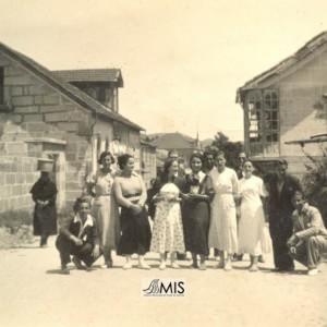 Grupo de mozos e mozas da Esfarrapada na Rúa Joaquín Fernández Sestelo.