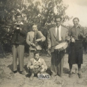 Retrato de familia do matrimonio Gabino Acuña e Amadora Vaz, tocando unha peza.