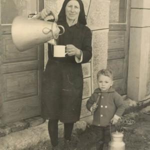José Acuña Vaz, de neno, coa súa avoa.