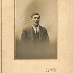 "Retrato de estudio de José González ""O Cotovío""."