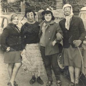 Grupo de mozos e mozas disfrazados no Entroido do Barreiro