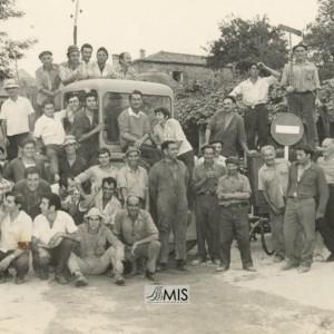 Retrato na Fontedapedra dos traballadores do asfaltado da estrada Cruceiro-A Feira