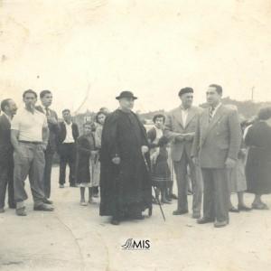 Rafael Tilve Adrio, o párroco e unha numerosa concurrencia antes dun acto.