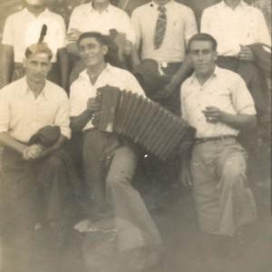 Grupo de mozos da Picoña con acordeón na Romería de San Cibrán
