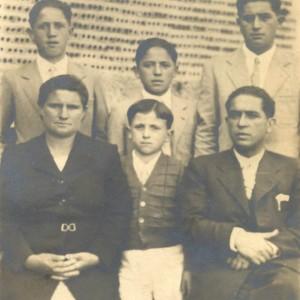 Retrato do mestre de Soutelo Alfredo Gándara Alonso e a súa familia.