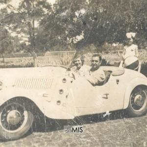 Retrato de Antonio Troncoso Pérez nun coche de época.