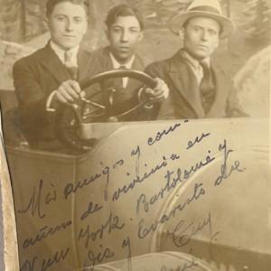 Retrato de Higinio Álvarez acompañado duns amigos