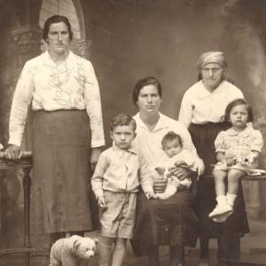 Retrato de Rosa Martínez, acompañada da súa irmá, os seus tres fillos e nai de ambas, Ramona.